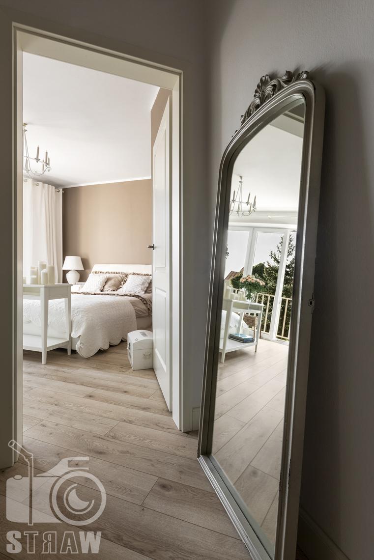 Fotografia wnętrz nieruchomości na sprzedaż Warszawa, wejście do sypialni z dużym zabytkowym lustrem.