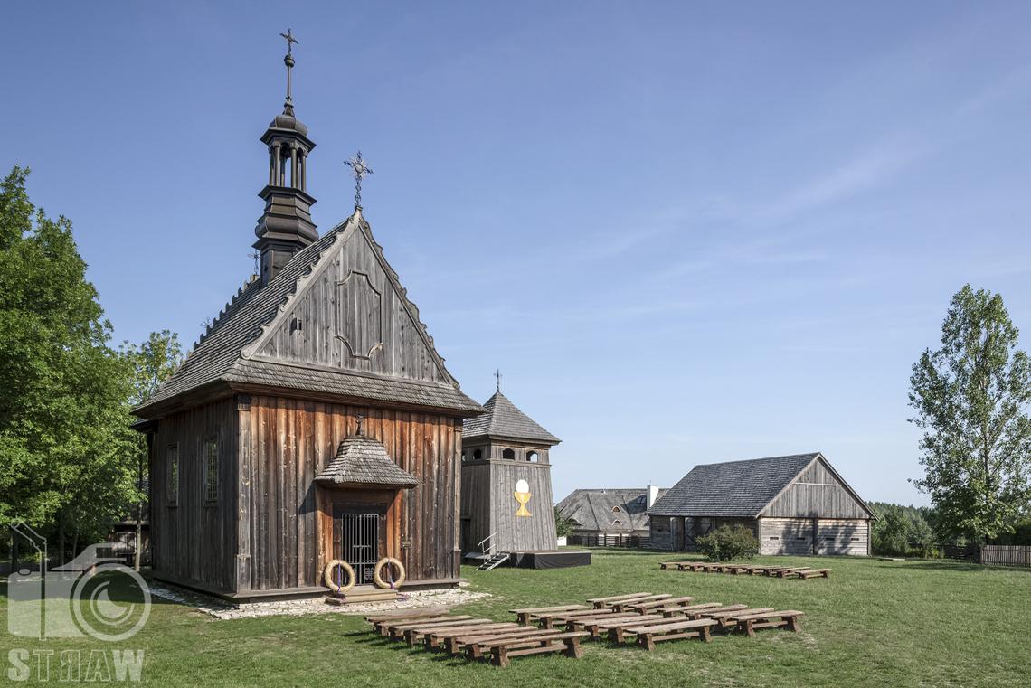 Fotografia architektury, zdjęcia budynków w skansenie wsi w Kielcach, drewniany kościółek, dale dzwonnica.