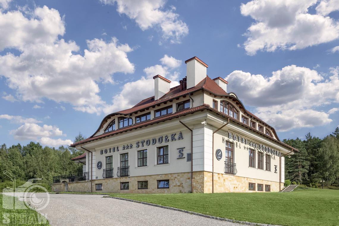 Zdjęcia wnętrz komercyjnych, hotel Stodółka z podjazdem i trawnikami wokół.,