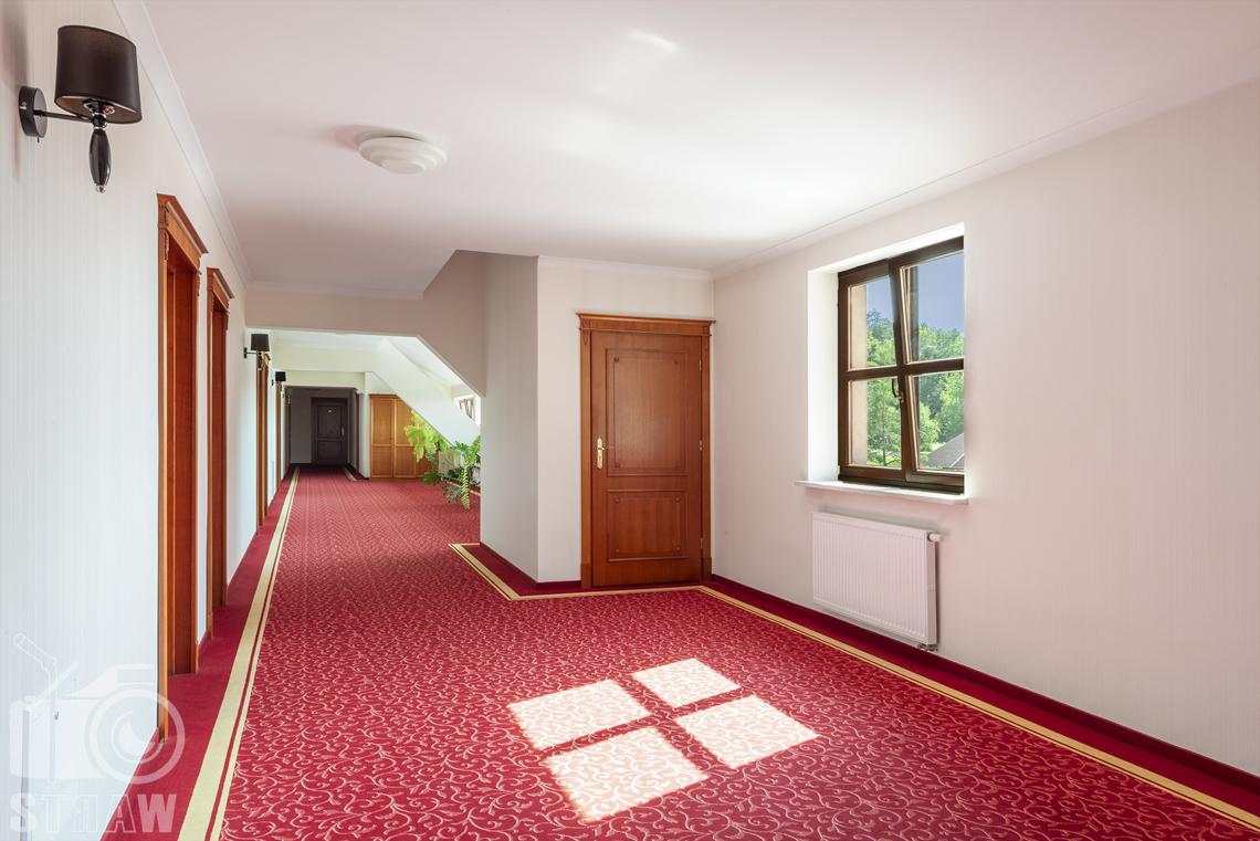 Zdjęcia wnętrz komercyjnych, hotel, Korytarz hotelowy, drzwi do pokoi, okno, lampa..