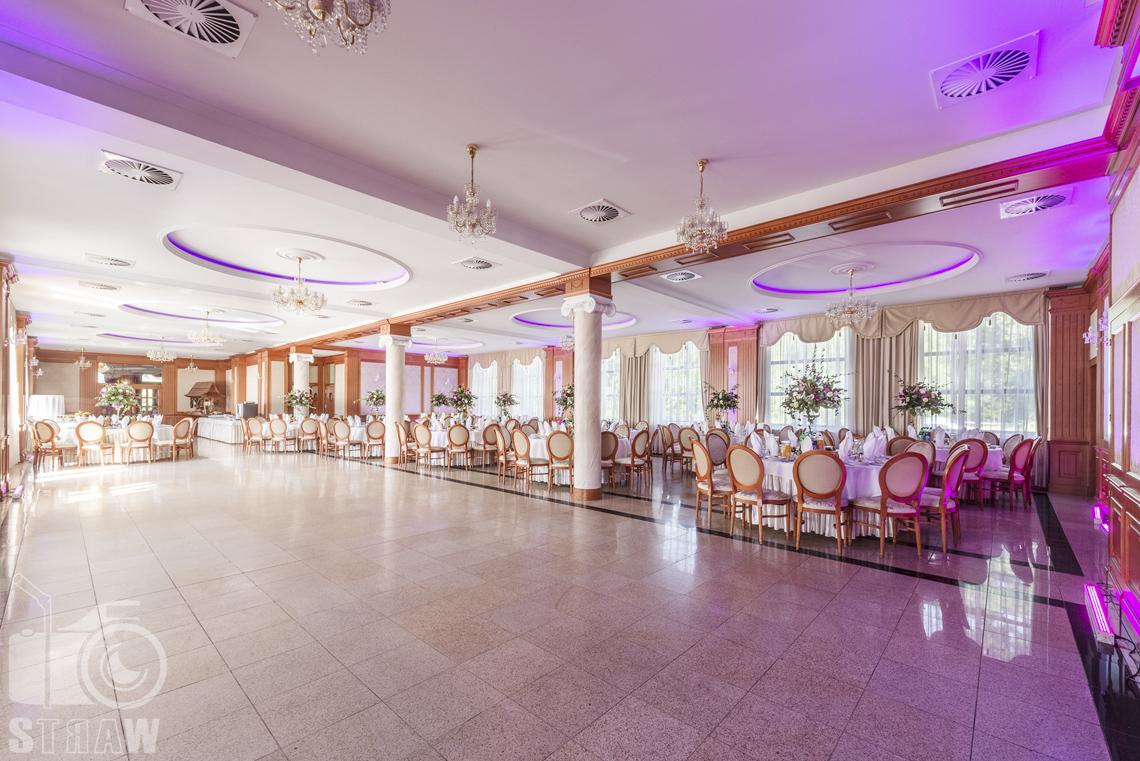 Zdjęcia wnętrz komercyjnych, hotel, parkiet do tańca i w tle stoły dla gości weselnych.