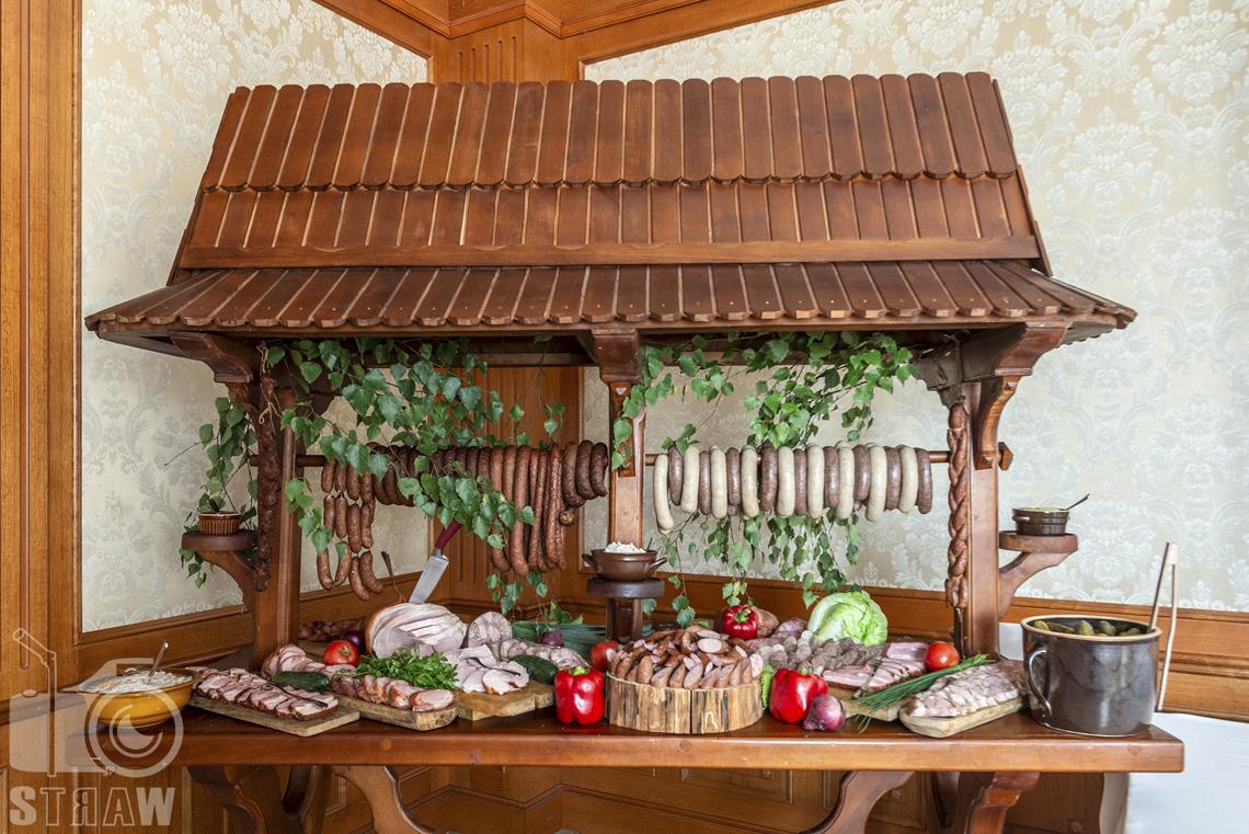Zdjęcia wnętrz komercyjnych, hotel, weselna uczta, wiejski stół