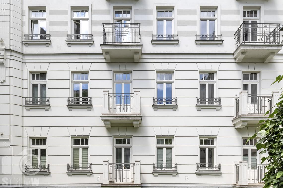 Zdjęcia mieszkania na sprzedaż w Warszawie,elewacja kamienicy w której znajduje się dwupoziomowe mieszkanie na sprzedaż.