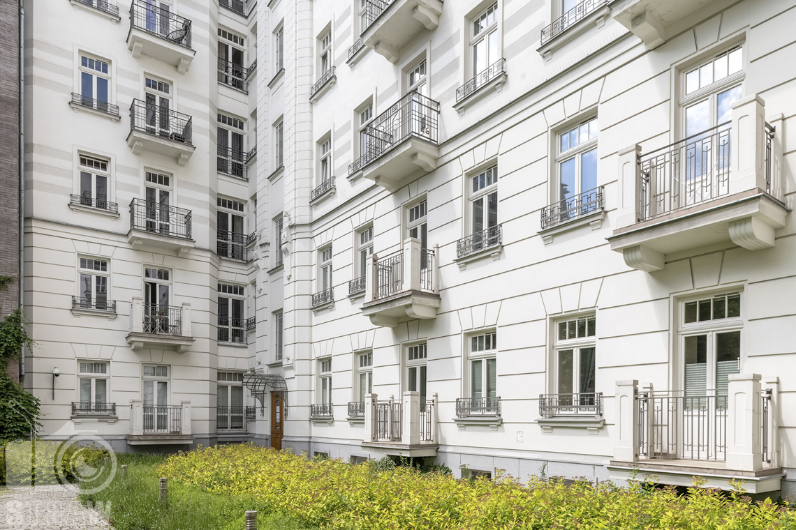 Zdjęcia mieszkania na sprzedaż w Warszawie, podwórko i wejście do kamienicy w której znajduje się dwupoziomowe mieszkanie na sprzedaż.