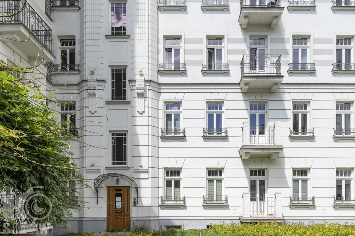 Zdjęcia mieszkania na sprzedaż w Warszawie, kamienica elewacja i wejście do klatki kamienicy, zdjęcie architektury.
