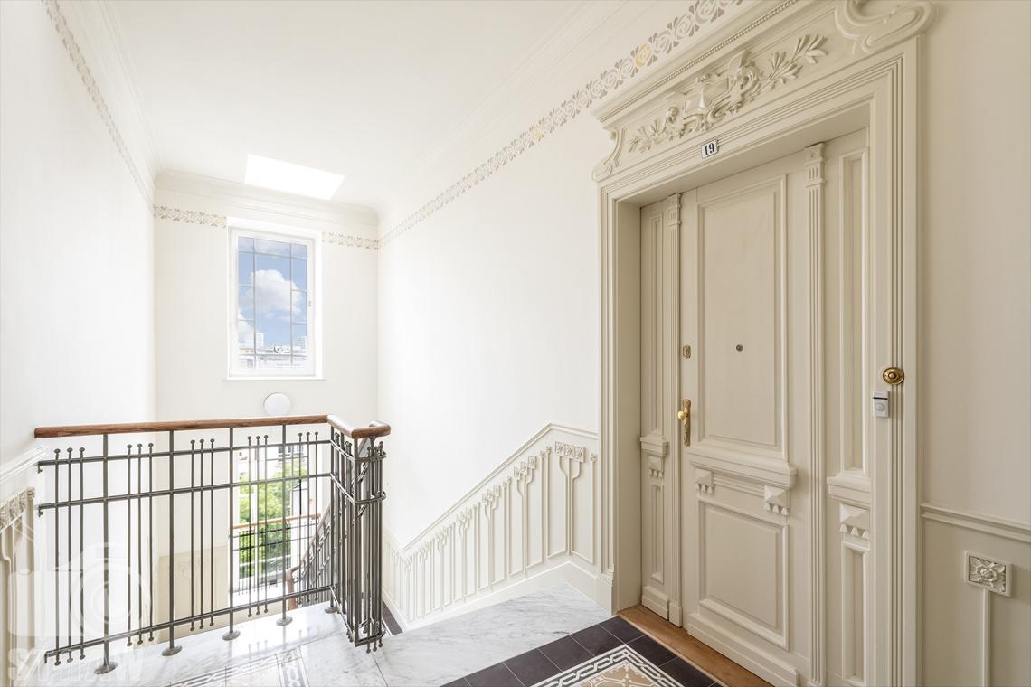 Zdjęcia mieszkania na sprzedaż w Warszawie, klatka schodowa, wejście do mieszkania.