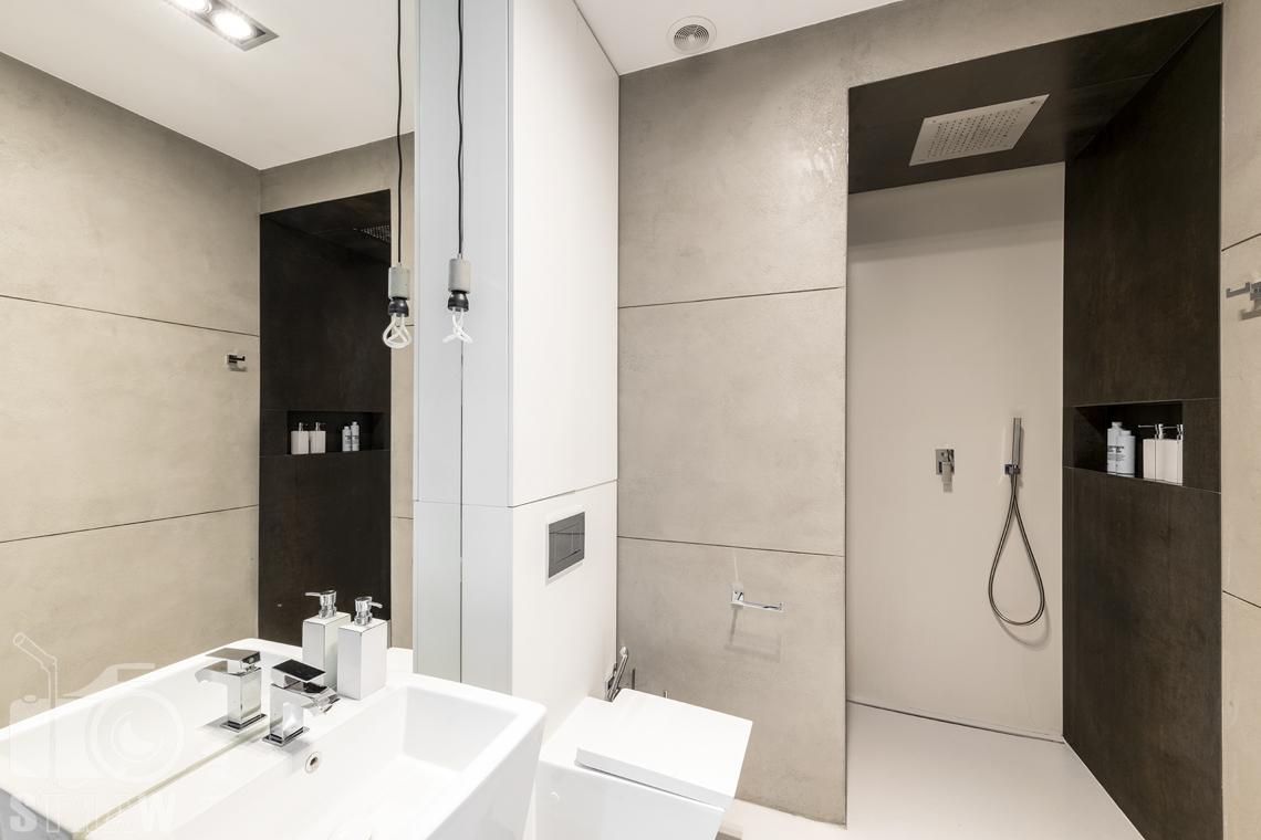 Zdjęcia mieszkania na sprzedaż w Warszawie, mała łazienka z prysznicem i deszczownicą.