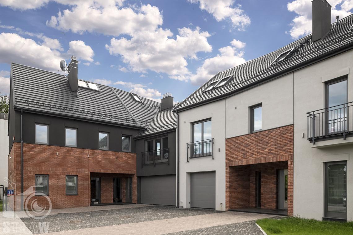 Zdjęcia domu na sprzedaż w lokalizacji Warszawa Wilanów, dom z zewnątrz, wejścia do dwóch mieszkań.