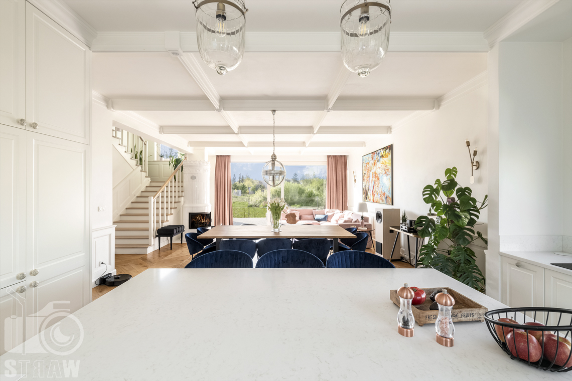 Fotografia wnętrz nieruchomości na sprzedaż, parter z salonem, jadalnią i otwarta kuchnią, duże okna na ogród.