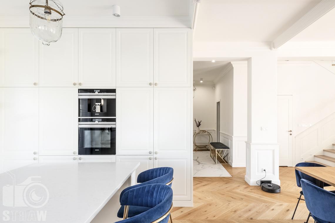 Fotografia wnętrz nieruchomości na sprzedaż, kuchnia zabudowa oraz widok do przedpokoju.