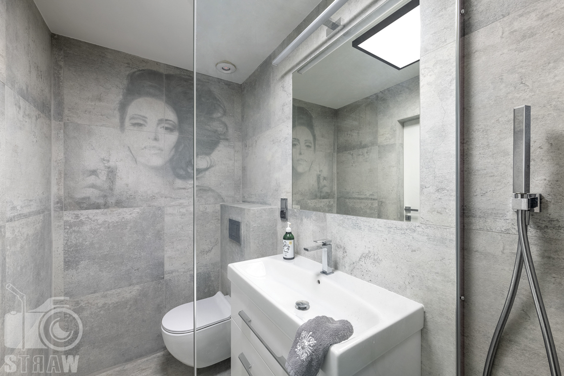 Zdjęcia domu na sprzedaż w lokalizacji Warszawa Wilanów, łazienka szara z obeazem.