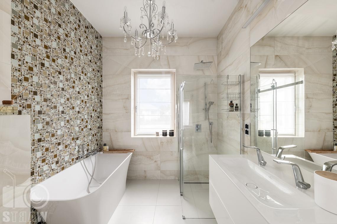 Zdjęcia domu na sprzedaż w lokalizacji Warszawa Wilanów, łazienka przy dużej sypialni z wanną i kabiną prysznicową.
