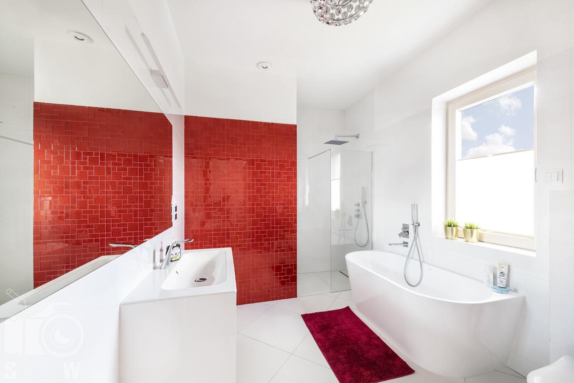 Zdjęcia domu na sprzedaż w lokalizacji Warszawa Wilanów, łazienka przy pokoju dziecięcym biało-czerwona.