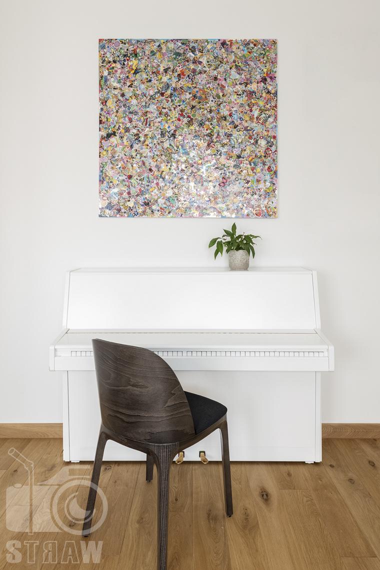 Zdjęcia domu na sprzedaż w lokalizacji Warszawa Wilanów, pokój dziecka, krzesło i pianino.