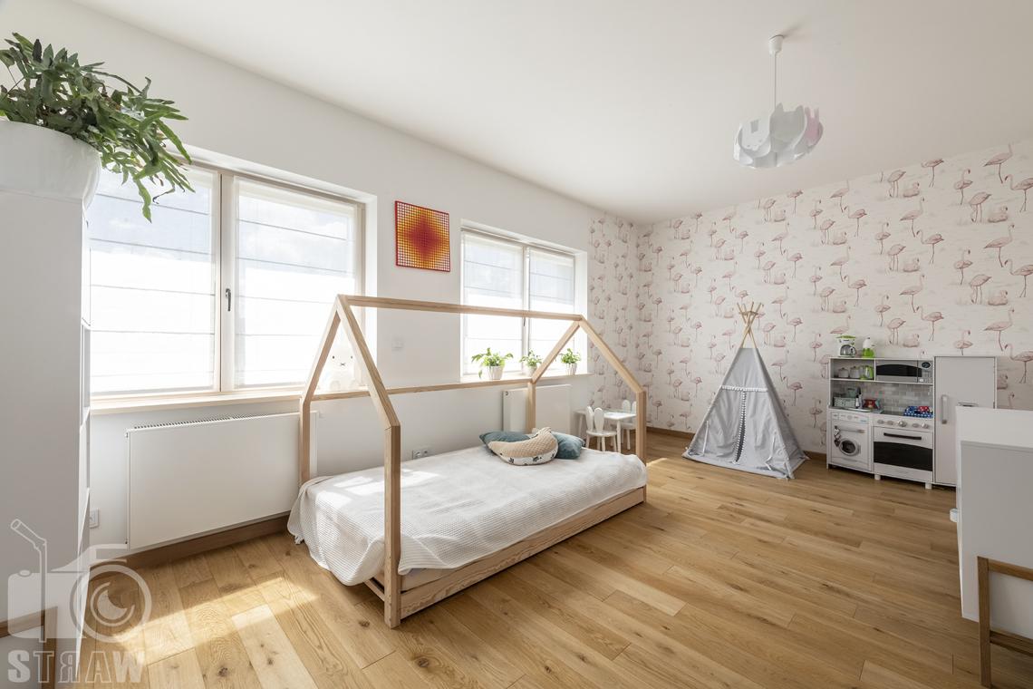 Zdjęcia domu na sprzedaż w lokalizacji Warszawa Wilanów, pokój dziecka, łóżko, wigwam, kuchenka.