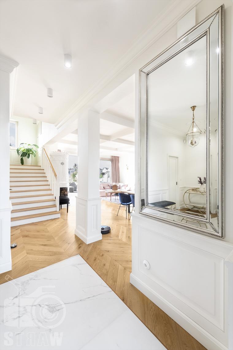 Fotografia wnętrz nieruchomości na sprzedaż, przedpokój z lustrem, schody na piętro.