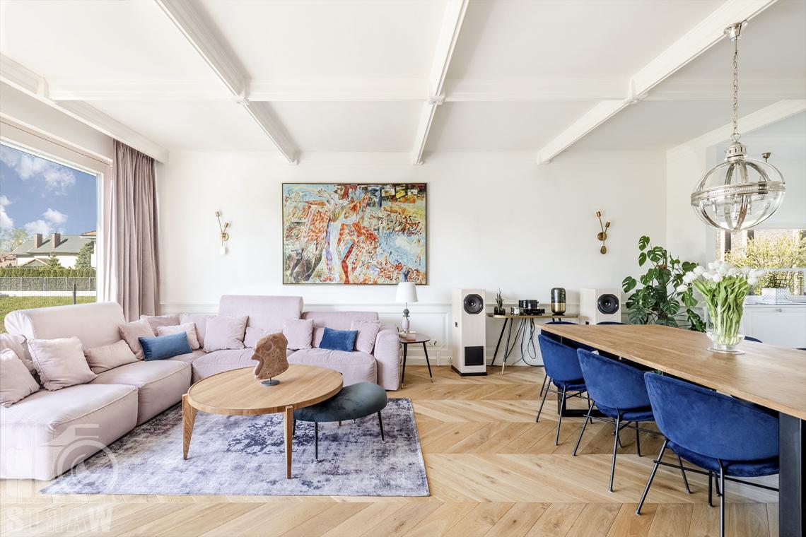 Fotografia wnętrz nieruchomości na sprzedaż, salon z sofa i stolikiem kawowym, jadalnia.