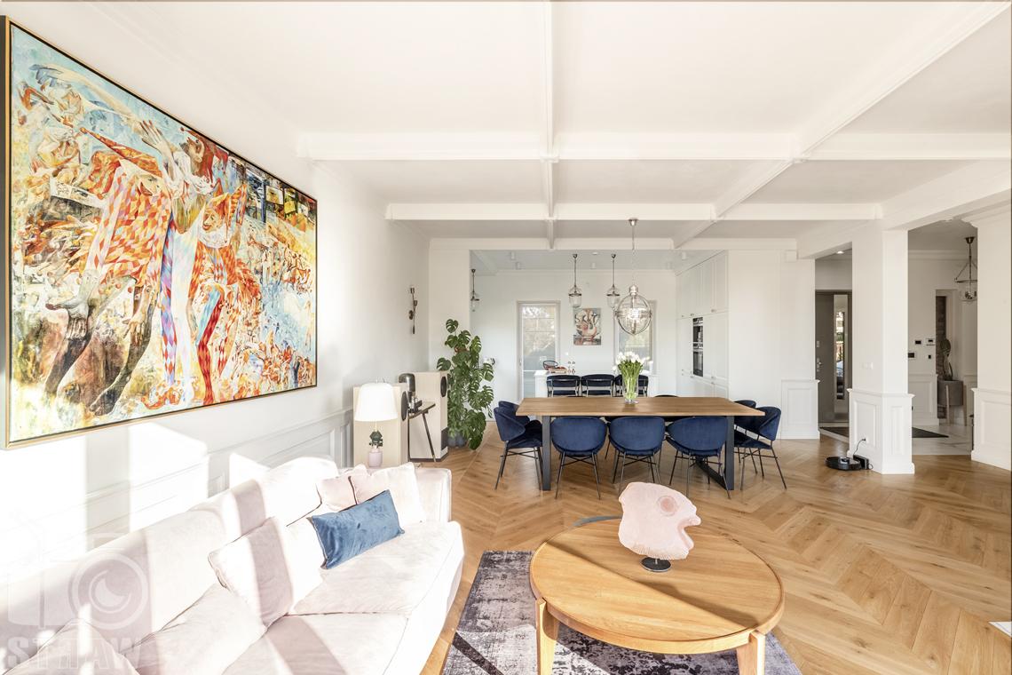 Fotografia wnętrz nieruchomości na sprzedaż, salon od strony tarasu, widok na jadalnię i kuchnię.