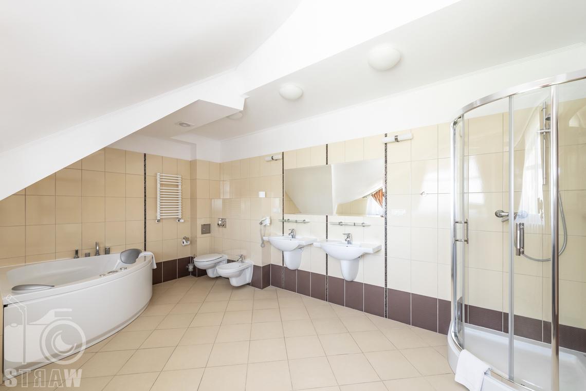 Zdjęcia wnętrz komercyjnych, hotel, łazienka w apartamencie wanna, toaleta, bidet, dwie umywalki, kabina prysznicowa.