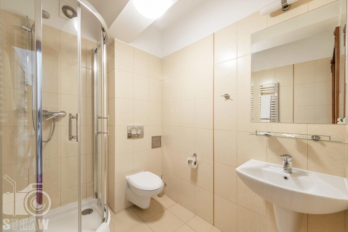 Zdjęcia wnętrz komercyjnych, hotel, łazienka, kabina prysznicowa, toaleta, umywalka, lustro.