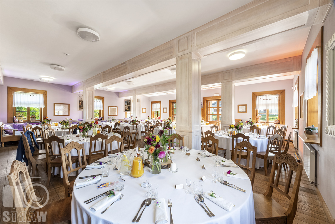Zdjęcia karczmy Kuźnia smaków, Kielce, restauracji, sali weselnej, sala jadalna, stoły okrągłe, nakryte, kwiaty w wazonach, soki w dzbankach.