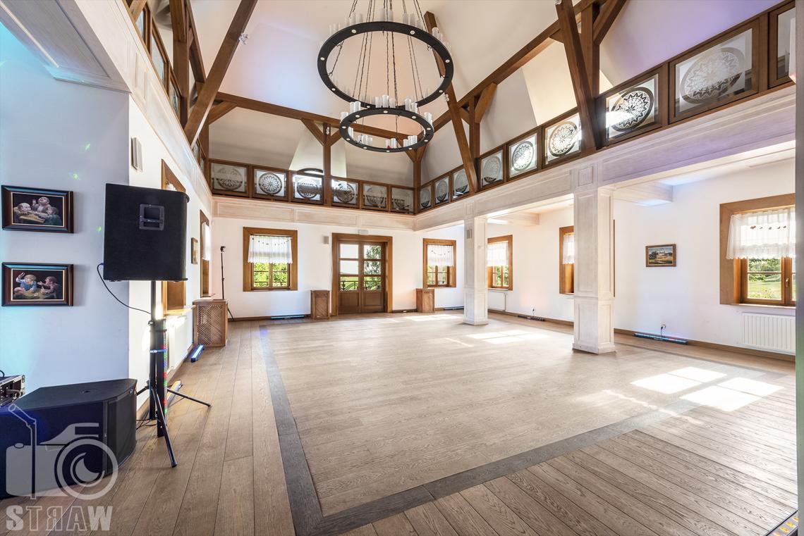 Zdjęcia karczmy Kuźnia smaków, Kielce, restauracji, sali weselnej, sala taneczna z wieloma oknami, na piętrze galeria, z boku głośnik.