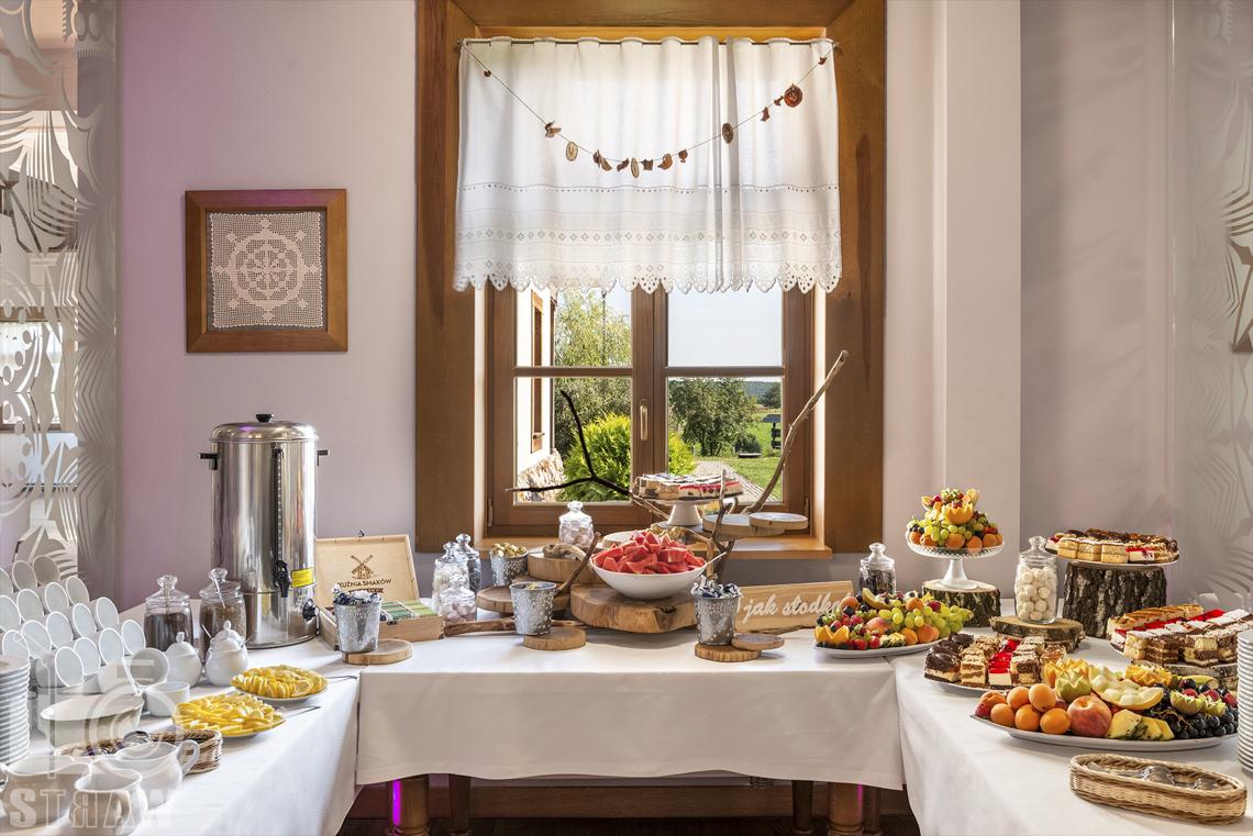Zdjęcia karczmy Kuźnia smaków, restauracji, sali weselnej, ciasta, owoce, różne rodzaje herbat i kaw, termos oraz naczynia.