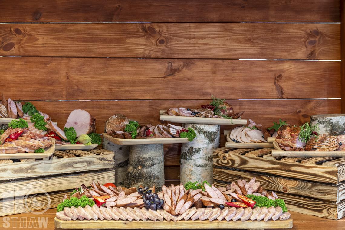 Zdjęcia karczmy Kuźnia smaków, restauracji, sali weselnej, wędliny na przyjęcie weselne w wiejskiej stylizacji.