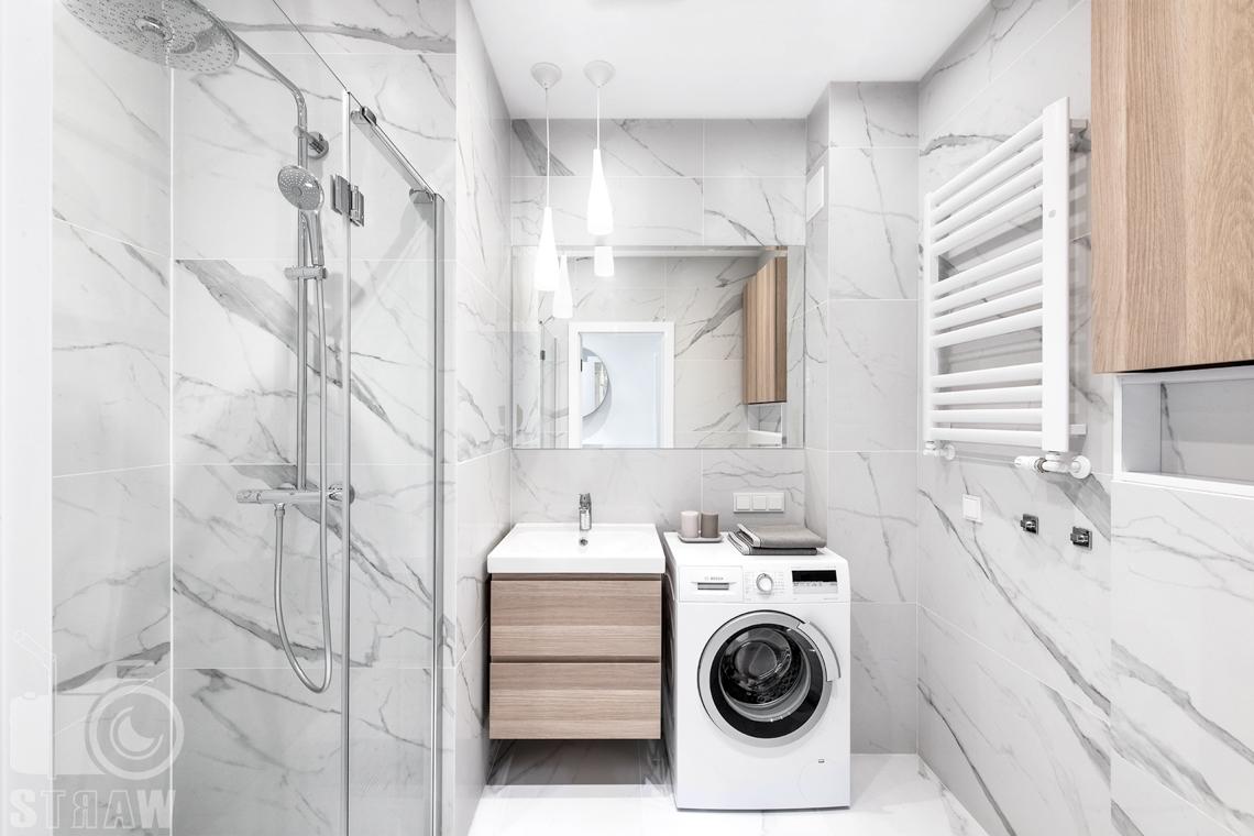 Sesja fotograficzna nieruchomości na wynajem, łazienka z prysznicem i pralką.