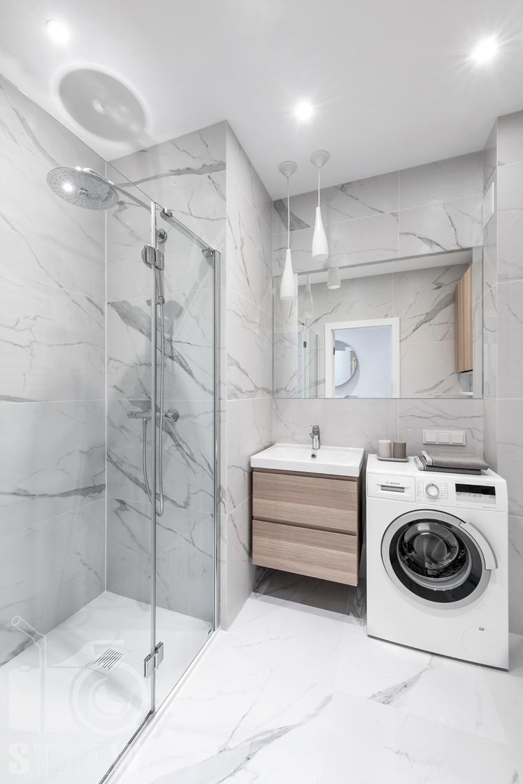 Sesja fotograficzna nieruchomości na wynajem, łazienka z prysznicem i dużą deszczownicą.