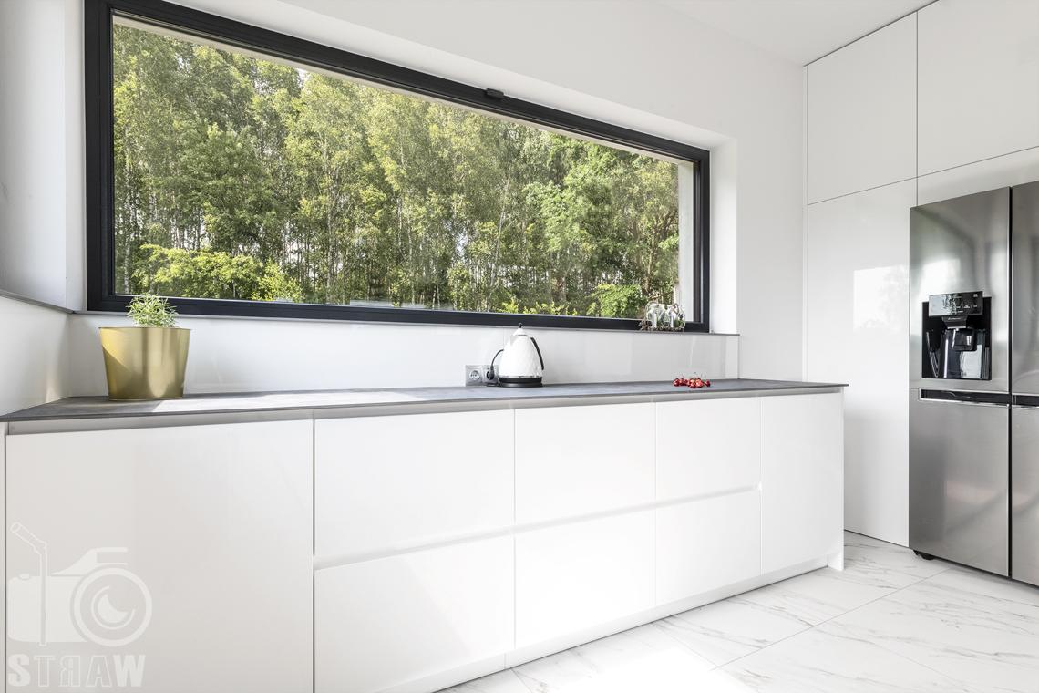 Zdjęcia wnętrz dla producentów mebli, kuchnia z zabudową w białym kolorze, zrealizowana na zamówienie.