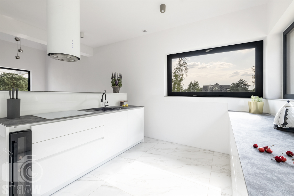 Zdjęcia wnętrz dla producentów mebli, sesja fotograficzna kuchni z białymi szafkami zabudowy kuchennej przygotowanej na wymiar.