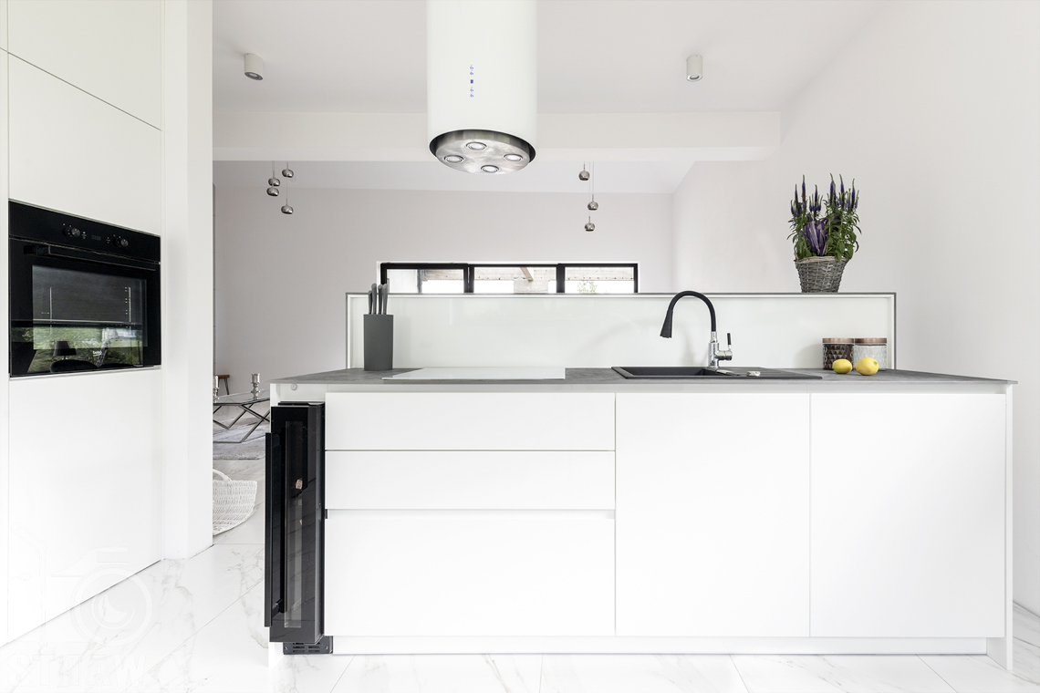 Zdjęcia wnętrz dla producentów mebli, zabudowa kuchenna firmy Kittchen, na biało.