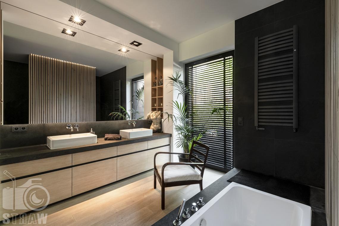 Zdjęcia nieruchomości na sprzedaż, dom w Komorowie, łazienka przy sypialni z wanną i umywalką.