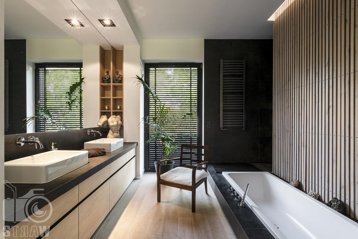 Zdjęcia nieruchomości na sprzedaż, dom w Komorowie, łazienka w drewnie i czerni z wanną w podłodze.