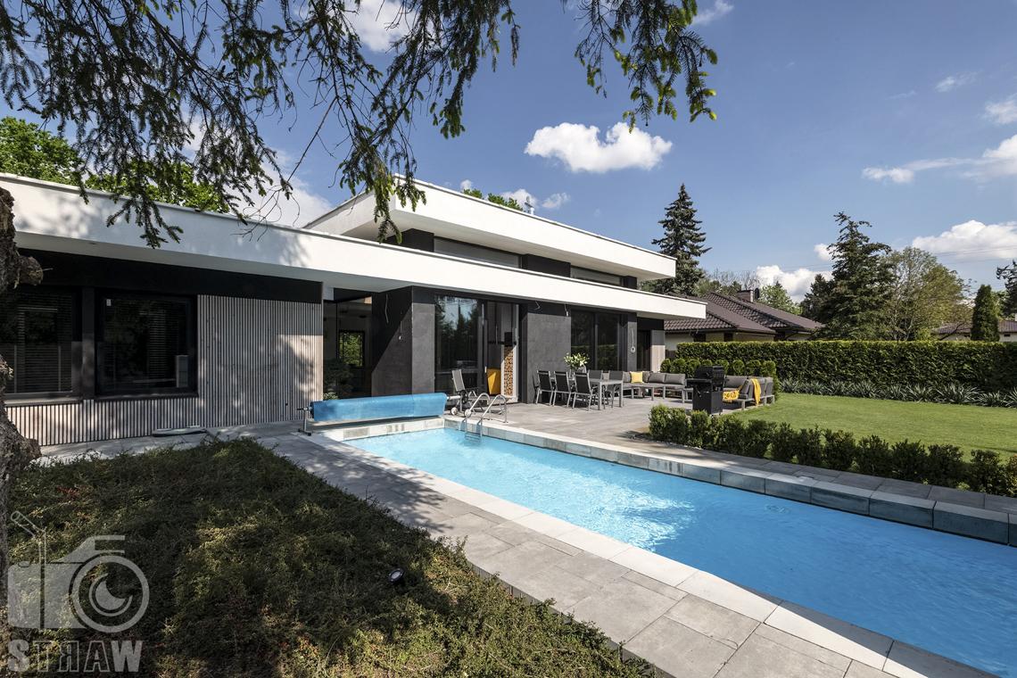 Zdjęcia nieruchomości na sprzedaż, dom w Komorowie, basen w ogrodzie.