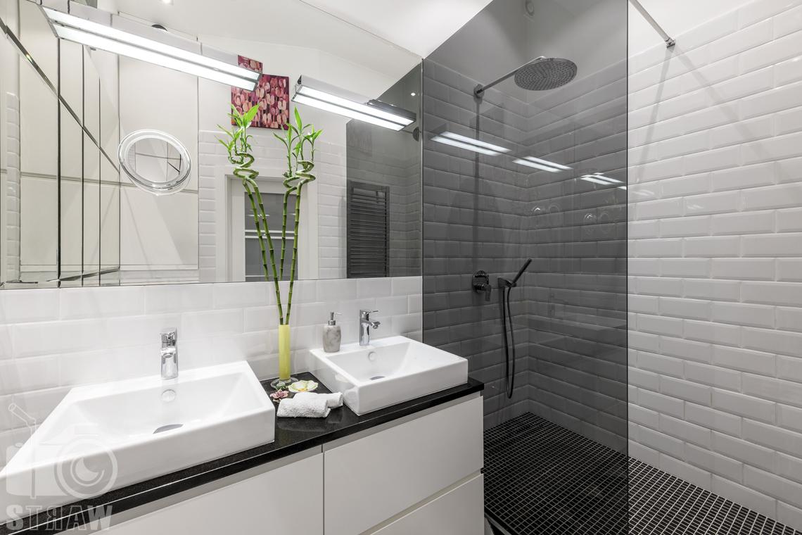 Zdjęcia mieszkania na sprzedaż zlokalizowanego w kamienicy na warszawskim Mokotowie, łazienka z dwoma umywalkami i prysznic.