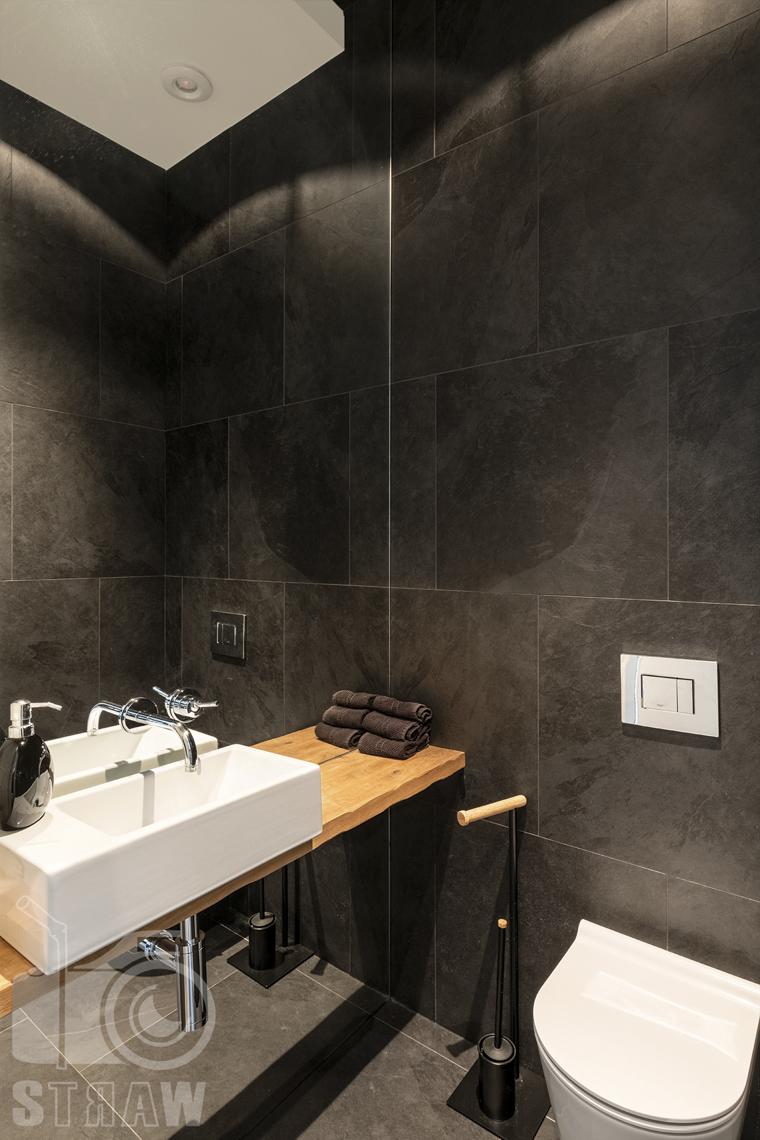 Zdjęcia nieruchomości na sprzedaż, dom w Komorowie, mała łazienka gościnna w czerni.
