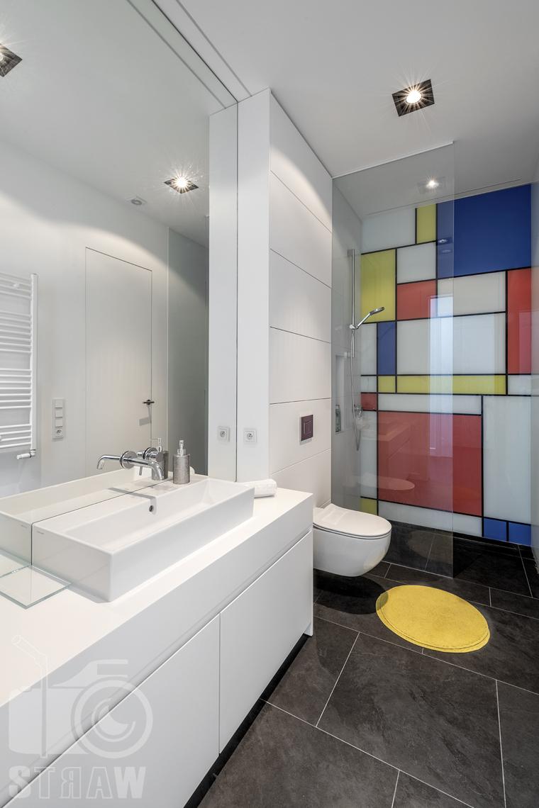 Zdjęcia nieruchomości na sprzedaż, dom w Komorowie, łazienka z prysznicem dla dzieci.
