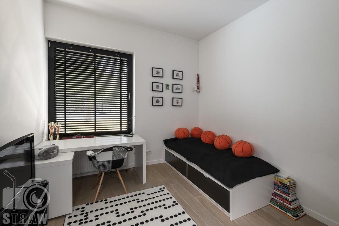 Zdjęcia nieruchomości na sprzedaż, dom w Komorowie, pokój chłopca czarno-biały.