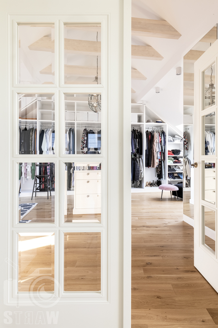 Fotografia wnętrz nieruchomości na sprzedaż, wejście do garderoby.