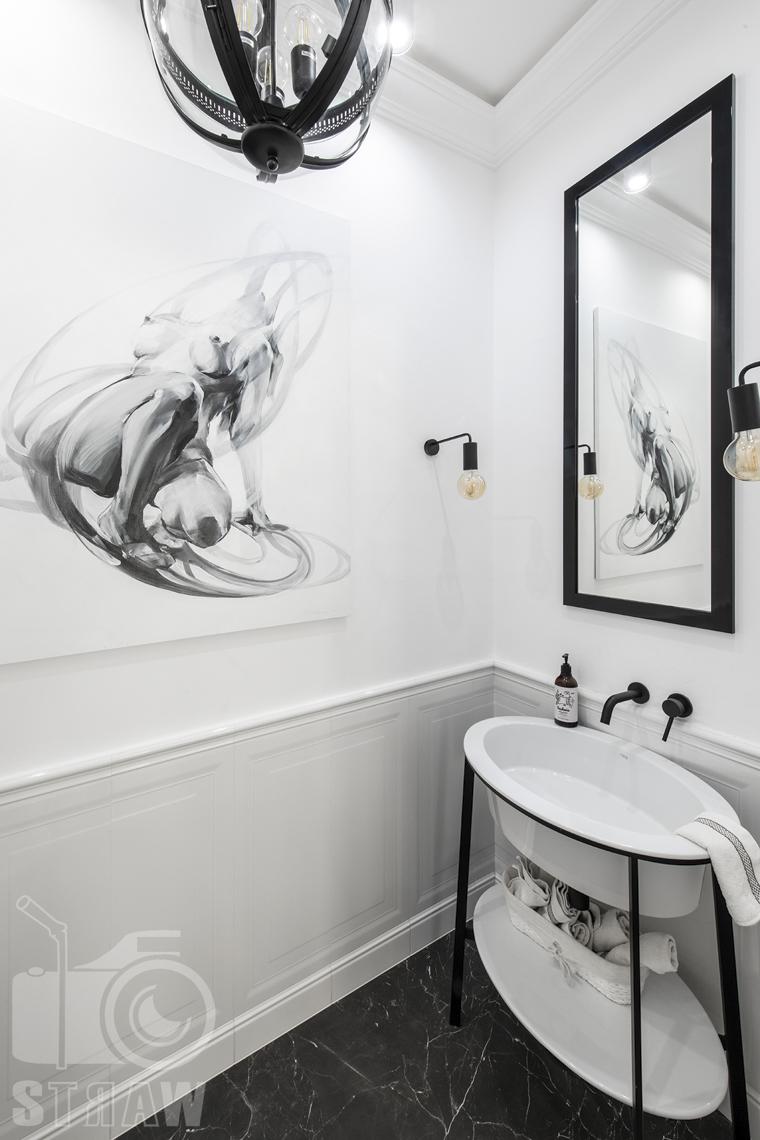 Fotografia wnętrz nieruchomości na sprzedaż, mała łazienka gościnna biało - czarna.