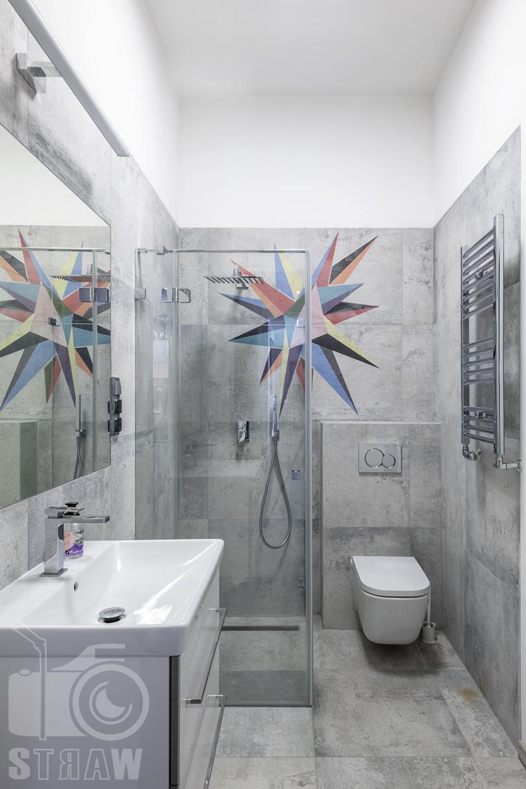 Zdjęcia domu na sprzedaż w lokalizacji Warszawa Wilanów, łazienka szara z prysznicem i z kolorowym akcentem.