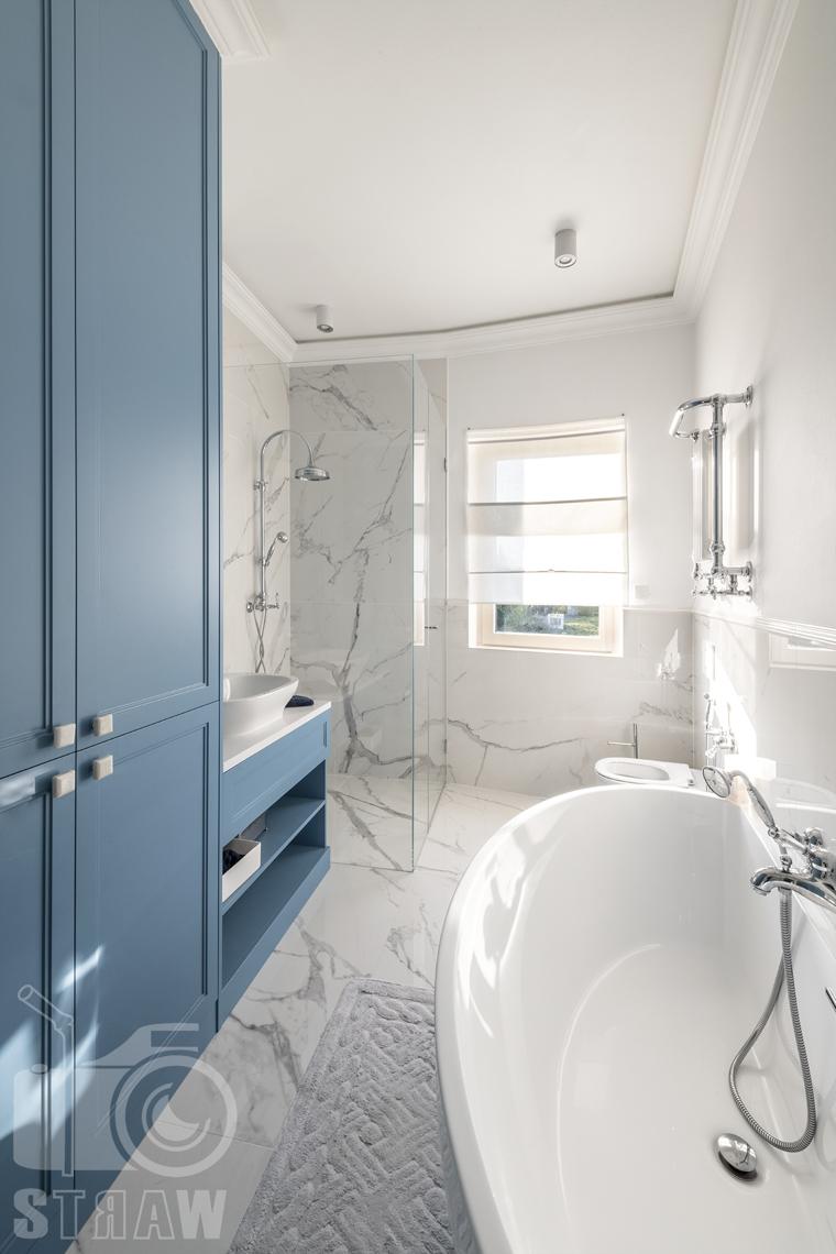 Fotografia wnętrz nieruchomości na sprzedaż, łazienka dla dzieci w tonacji niebiesko białej.