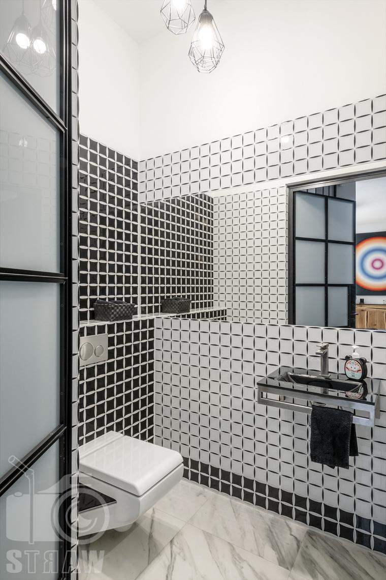 Zdjęcia domu na sprzedaż w lokalizacji Warszawa Wilanów, łazienka przy wejściu w czarno białą mozaikę.