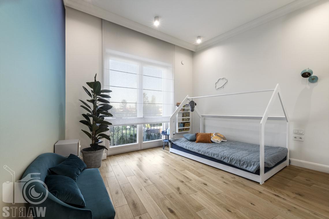Fotografia wnętrz nieruchomości na sprzedaż, pokój chłopca z łóżkiem w kształcie domku.