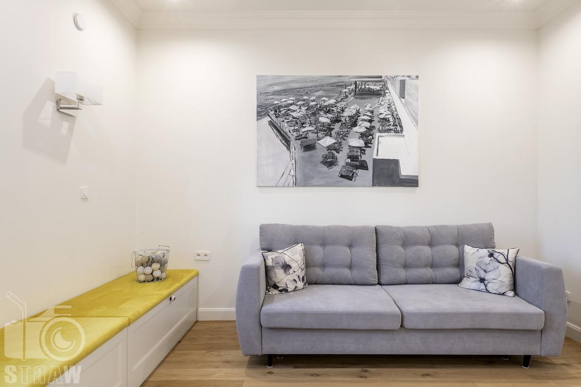 Fotografia wnętrz nieruchomości na sprzedaż, sofa w pokoju gościnnym, obraz.