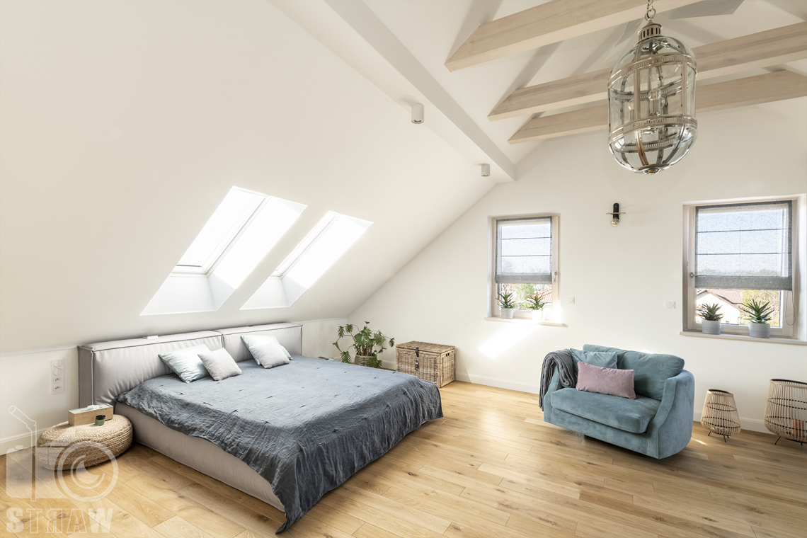 Fotografia wnętrz nieruchomości na sprzedaż, sypialnia małżeńska, łóżko, poddasze.