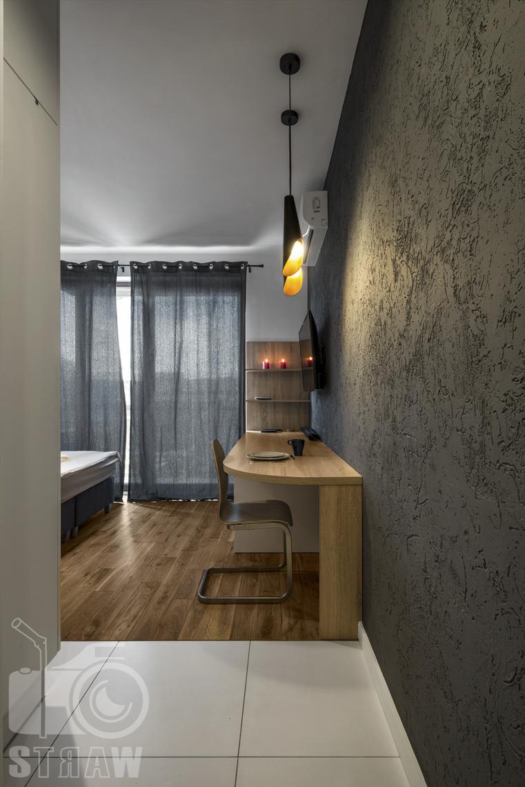Zdjęcia apartamentów na wynajem, fotografia wnętrz Warszawa, hol, wejście do salonu.