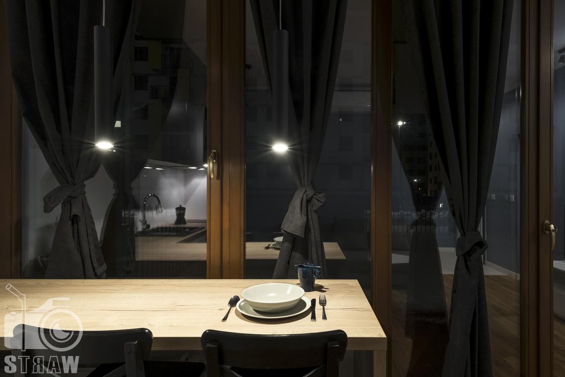Zdjęcia apartamentu na wynajem krótko lub długoterminowy, fotografia wnętrz Warszawa, jadalnia, wyspa, okna, zasłony.